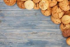 Печенья и печенья на голубой древесине с космосом экземпляра Стоковая Фотография