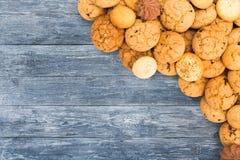 Печенья и печенья на голубой древесине с космосом экземпляра Стоковая Фотография RF