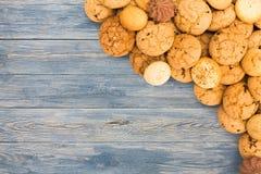 Печенья и печенья на голубой древесине с космосом экземпляра Стоковое Изображение