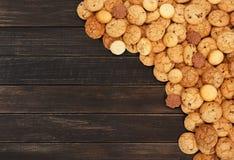 Печенья и печенья на коричневой древесине с космосом экземпляра Стоковые Фотографии RF