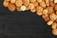 Печенья и печенья на черной древесине с космосом экземпляра Стоковые Фото