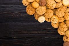 Печенья и печенья на черной древесине с космосом экземпляра Стоковая Фотография RF