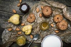 Печенья и сливк груш на деревянном столе Стоковые Фотографии RF