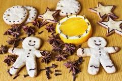 Печенья и специи имбиря на таблице Стоковая Фотография