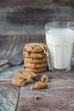 Печенья и стекло молока на деревенской деревянной предпосылке Стоковое Изображение