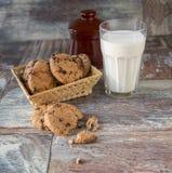 Печенья и стекло молока на деревенской деревянной предпосылке Стоковые Фото