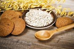 Печенья и хлопья овсяной каши на кухонном столе стоковые изображения