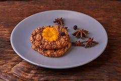 печенья и цветки весны оранжевые на плите Здоровая концепция завтрака утра Минималистский селективный фокус стоковые изображения rf