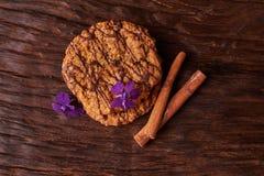 печенья и цветки сини весны Здоровая концепция завтрака утра Минималистский селективный фокус стоковая фотография