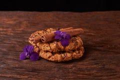 печенья и цветки сини весны Здоровая концепция завтрака утра Минималистский селективный фокус стоковое фото
