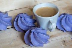Печенья и чашка кофе меренги французской сини Стоковое Изображение RF