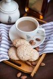 Печенья и чашка кофе миндалины Стоковое Фото
