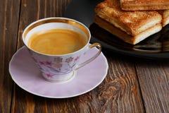 Печенья и чашка кофе на темном деревянном столе Стоковая Фотография RF