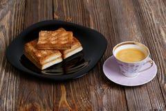 Печенья и чашка кофе на темном деревянном столе Стоковые Изображения RF
