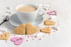 Печенья и чашка кофе сердца дня валентинок форменные Стоковая Фотография