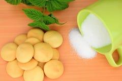 Печенья и чашка расслоины сахара Стоковая Фотография RF