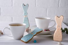 Печенья и чашка чаю зайчика пасхи Сервировка стола завтрака торжества Стоковые Изображения RF
