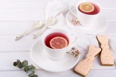 Печенья и чашка чаю зайчика пасхи Сервировка стола завтрака торжества Стоковое Изображение