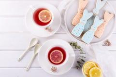 Печенья и чашка чаю зайчика пасхи Сервировка стола завтрака торжества Стоковые Фото