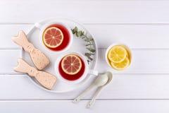 Печенья и чашка чаю зайчика пасхи Сервировка стола завтрака торжества Стоковая Фотография