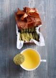 Печенья и чашка чаю зеленого чая Стоковое Изображение RF