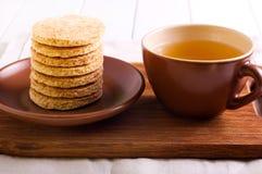 Печенья и чашка чаю кокоса Стоковые Изображения RF