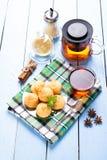 Печенья и чашка чаю кокоса Стоковая Фотография