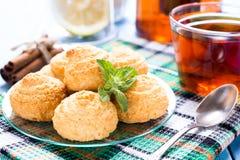 Печенья и чашка чаю кокоса Стоковое Фото