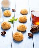 Печенья и чашка чаю кокоса Стоковые Фото