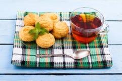 Печенья и чашка чаю кокоса Стоковые Фотографии RF