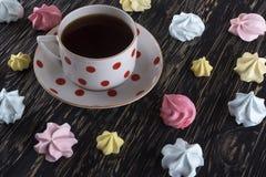 Печенья и чашка чаю меренги Стоковая Фотография RF