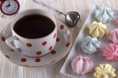 Печенья и чашка чаю меренги Стоковое фото RF
