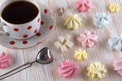 Печенья и чашка чаю меренги Стоковые Фото
