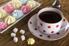 Печенья и чашка чаю меренги Стоковые Изображения RF