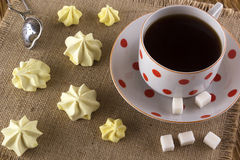 Печенья и чашка чаю меренги Стоковые Фотографии RF