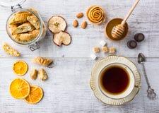 Печенья и чашка чаю миндалины Взгляд сверху стоковые фото