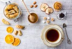Печенья и чашка чаю миндалины Взгляд сверху стоковая фотография rf