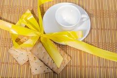 Печенья и чашка чаю на бамбуковой циновке, предпосылке Стоковое Изображение