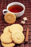 Печенья и чашка чаю Стоковые Изображения