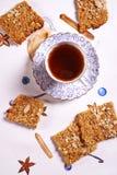 Печенья и чашка чаю Oatflakes Стоковое фото RF