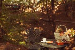 Печенья и чашка чая служили на таблице стоковое изображение rf