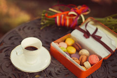 Печенья и чашка чая служили на таблице стоковые фотографии rf