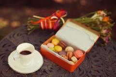 Печенья и чашка чая служили на таблице стоковые изображения rf