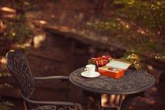 Печенья и чашка чая служили на таблице стоковое фото