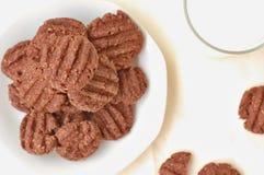 Печенья какао на плите с стеклом молока Стоковые Изображения