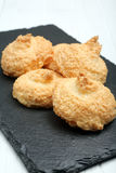 Печенья кокоса на черной плите Стоковая Фотография