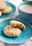 Печенья кокоса хрустящие на голубой плите Стоковые Изображения