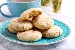 Печенья кокоса хрустящие на голубой плите Стоковая Фотография RF