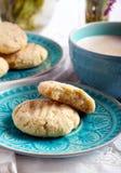 Печенья кокоса хрустящие на голубой плите Стоковое Изображение RF