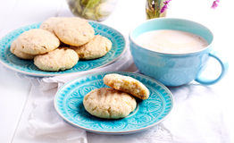 Печенья кокоса хрустящие на голубой плите Стоковые Изображения RF